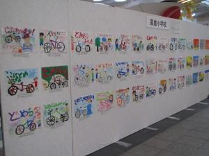 地元の小学生及び中学生が美しい街にしたいと願いを込めて描いた作品展